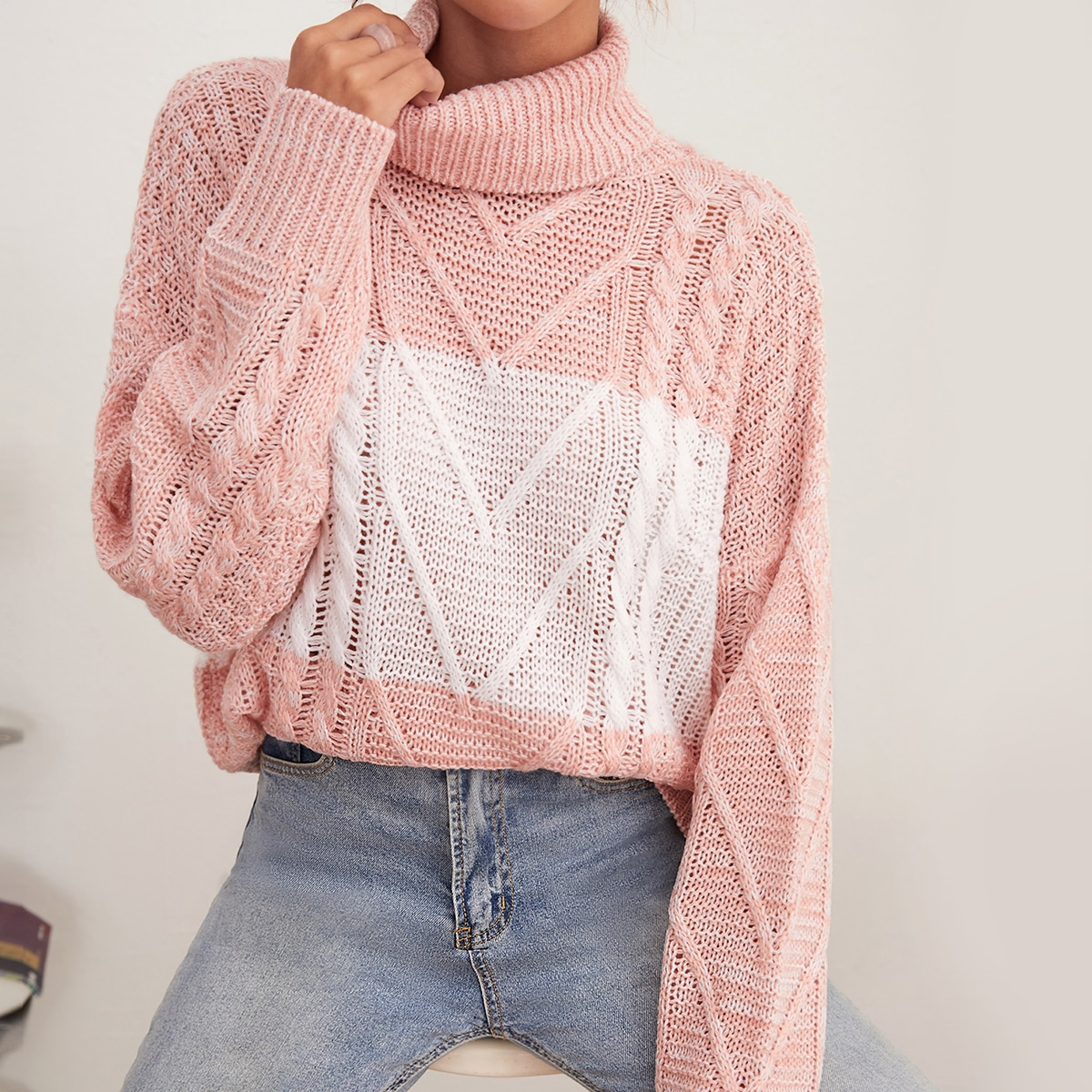 Jersey de cuello cisne de color combinado tejido de cable de hombros caídos