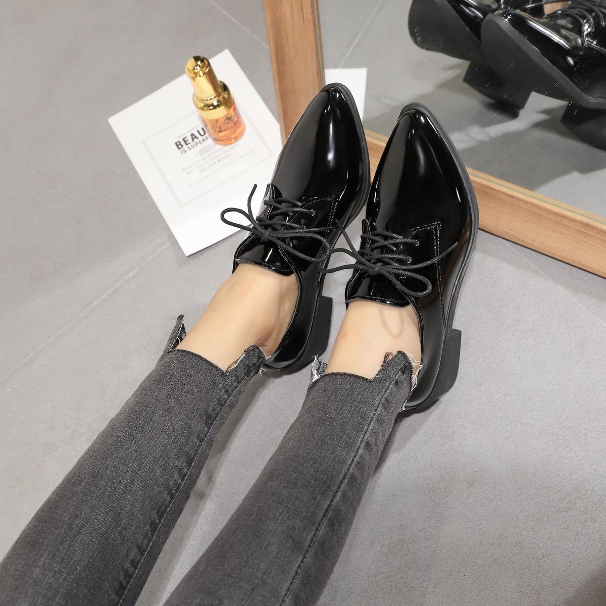 Zapatos oxford de punta con tacón grueso