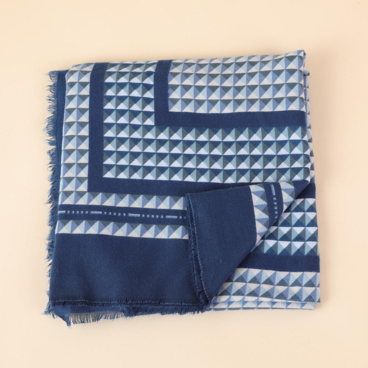 Контрастный шарф с геометрическим узором
