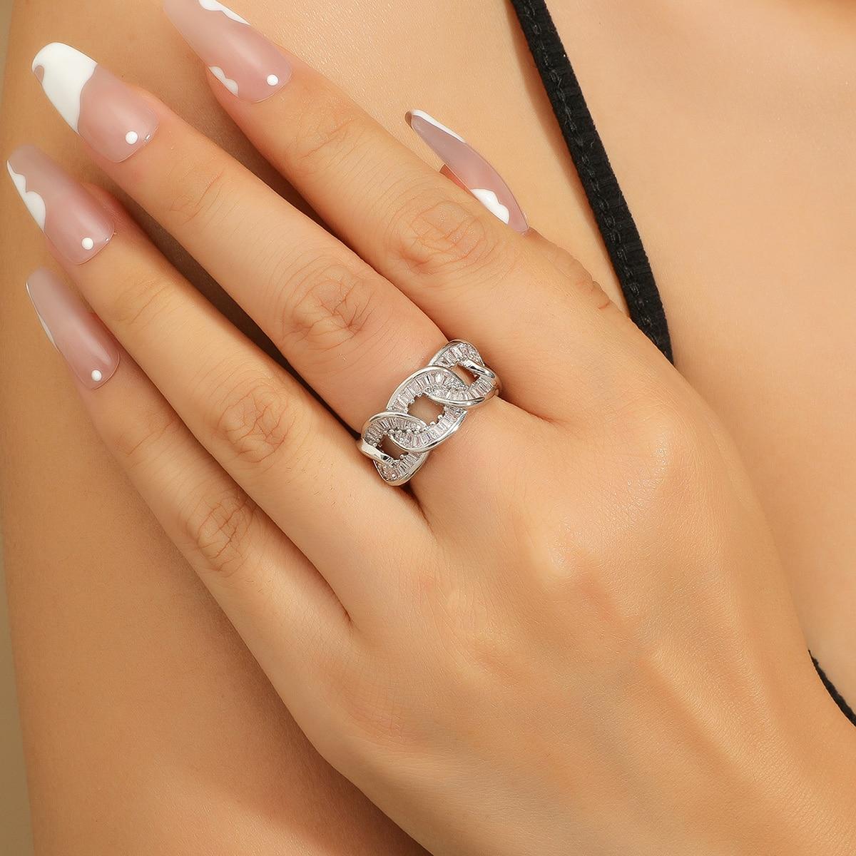 Открытое кольцо с цирконом в форме цепочки