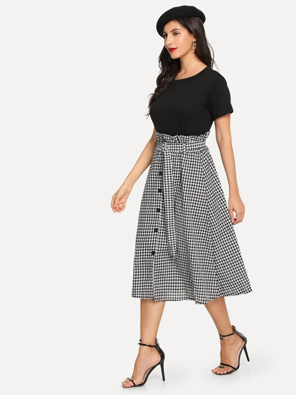 Простая футболка и юбка в клетку и с украшением пуговицы перед 9ddac7f56c2