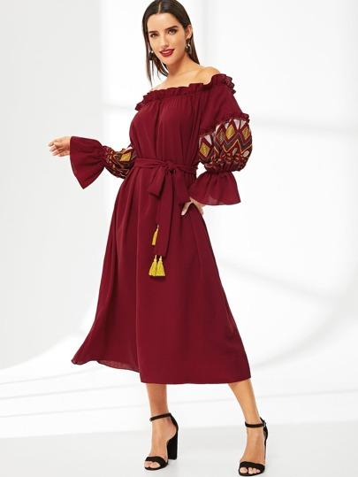 80073f013105 Robe style bardot à manche lanterne brodée avec ceinture à franges